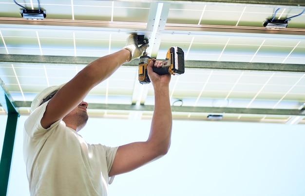 Instalação de sistema autônomo de painel solar fotovoltaico