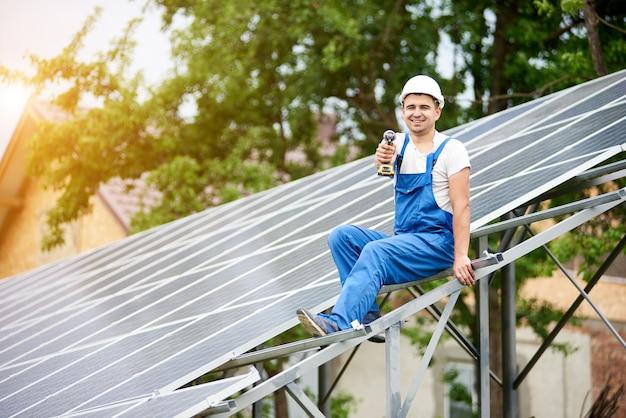 Instalação de sistema autônomo de painel solar fotovoltaico Foto Premium
