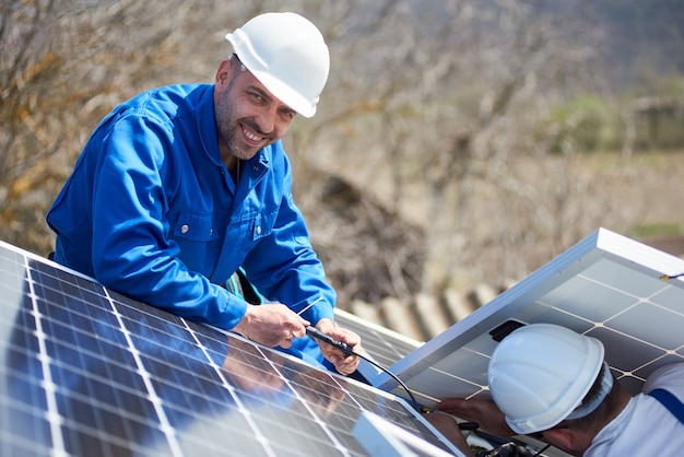 Instalação de sistema de painel solar fotovoltaico no telhado da casa
