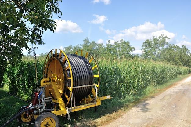 Instalação de sprinklers de água em um campo