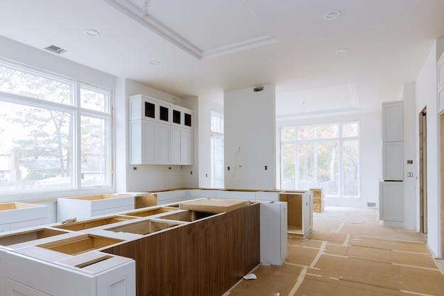 Instalação de trabalhador instala no armário da cozinha.