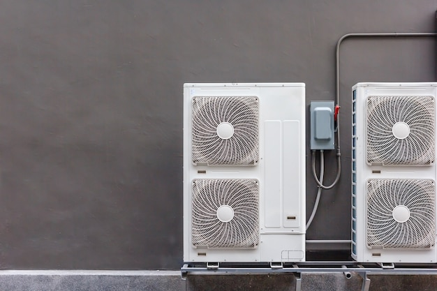 Instalação do compressor de ar condicionado no pedestal.