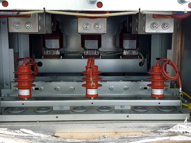 Instalação do pára-raios no compartimento do cabo do quadro de distribuição médio