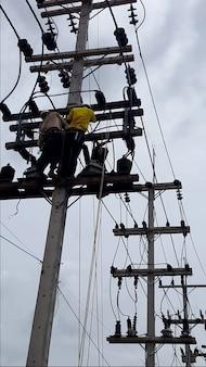 Instalação do transformador de corrente e do transformador de potencial no poste de alimentação elétrica