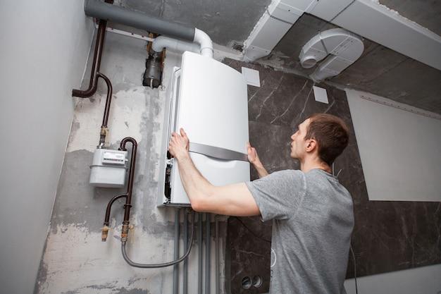 Instalação e configuração da nova caldeira a gás para água quente e aquecimento.