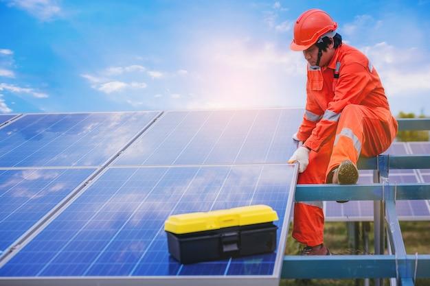 Instalação elétrica e técnico de instrumentação e manutenção do sistema elétrico no campo do painel solar