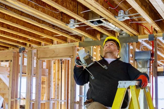 Instalação elétrica para lâmpada pendurada no teto