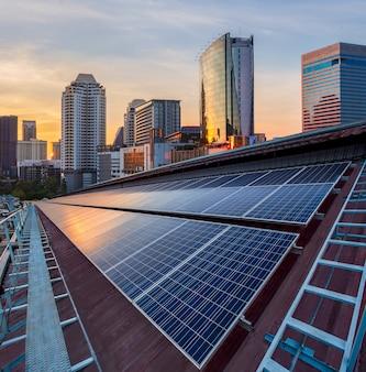 Instalação fotovoltaica do painel solar em um telhado da fábrica