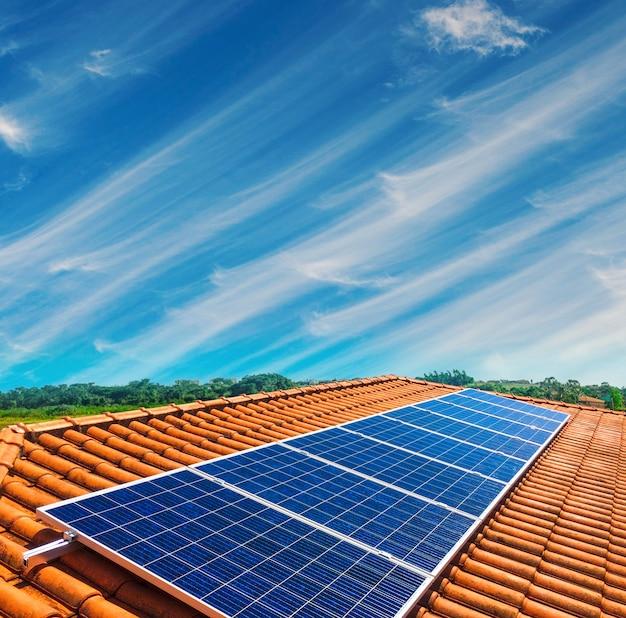 Instalação fotovoltaica do painel solar em um telhado, fonte de eletricidade alternativa