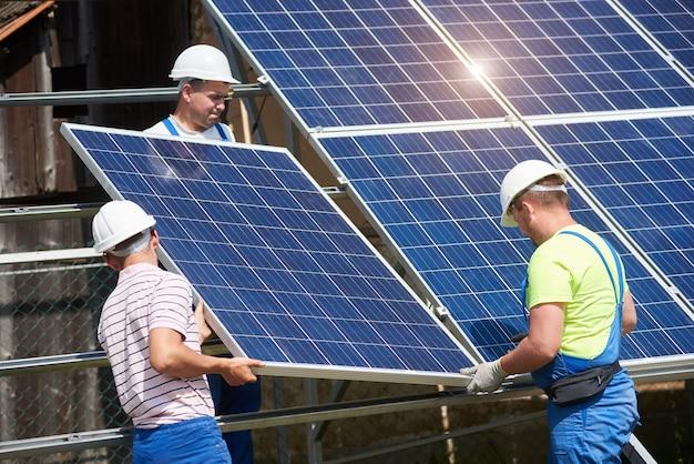 Instalação independente de sistema de painel solar, energia renovável verde Foto Premium