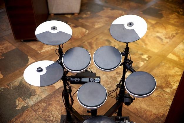 Instalação musical de percussão.