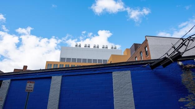Instalações industriais com edifícios comerciais e residenciais