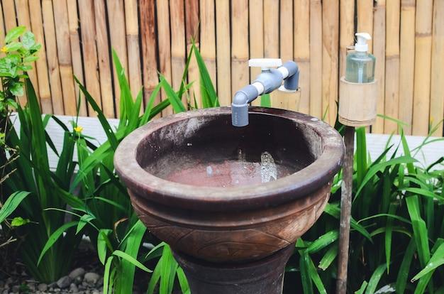 Instalações públicas para lavar as mãos ao ar livre