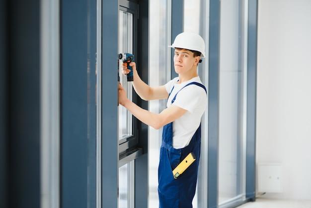 Instalador de janelas usando furadeira sem fio
