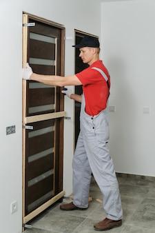 Instalando a unidade da porta.
