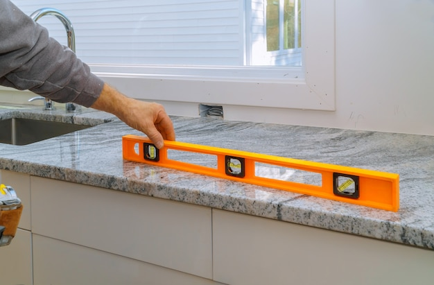 Instalando com renovação de bancadas de granito e granito armário de cozinha interior
