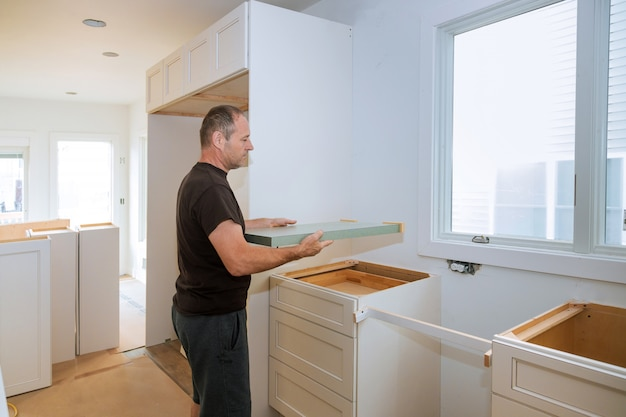 Instalando empreiteiros um balcão laminado uma remodelação da cozinha.
