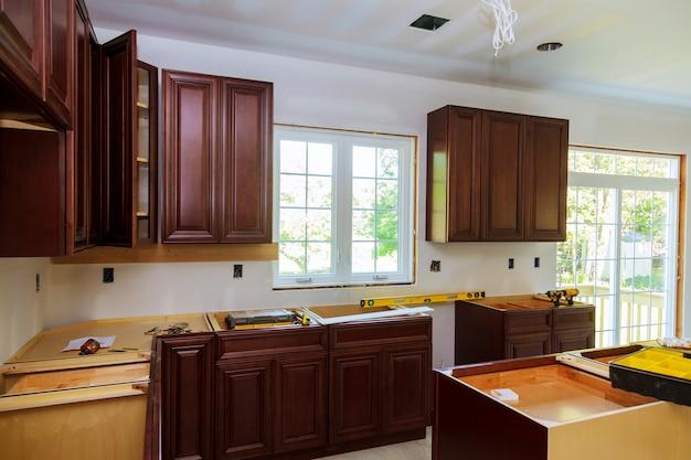 Instalando nova placa de indução na cozinha moderna