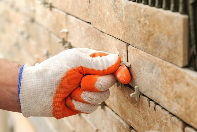Instalando os azulejos na parede