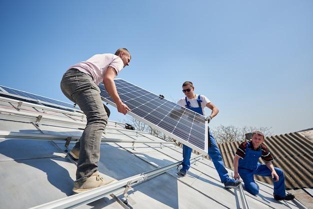 Instalando sistema de painel solar fotovoltaico no telhado da casa Foto Premium