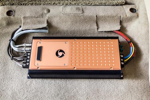 Instalando um amplificador de 4 canais em um carro