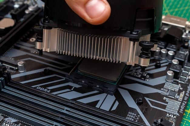 Instalando um cooler em um processador. o processo de atualização da manutenção do computador em um serviço.