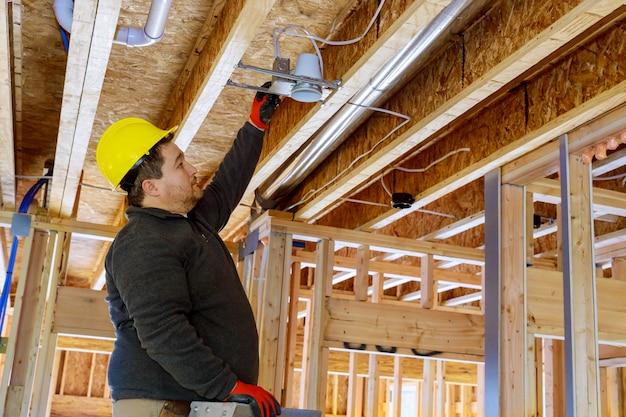 Instalando um holofote na sala no teto com vigas de madeira