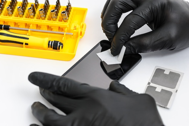 Instalando um vidro protetor na tela de um smartphone