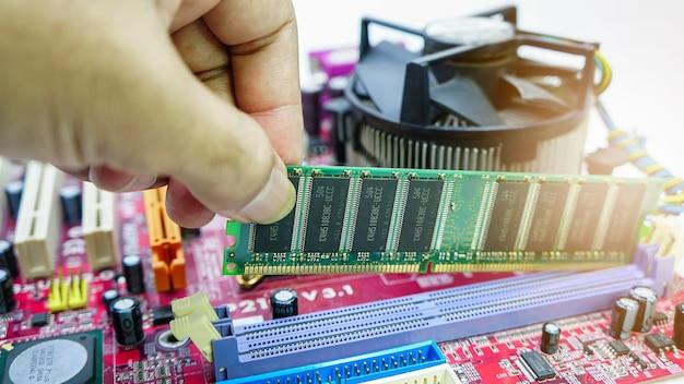 Instalando uma nova memória ram ddr para um soquete de processador de computador pessoal em um serviço
