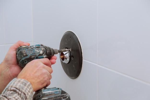 Instalando uma nova torneira misturadora de chuveiro em um banheiro