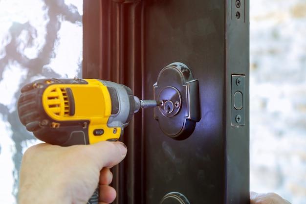Instale a maçaneta da porta com uma trava