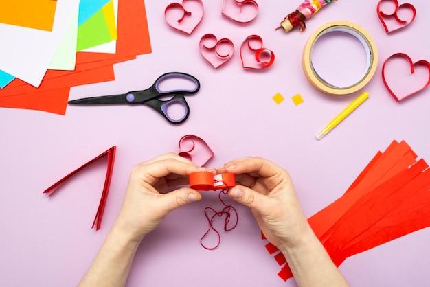 Instrução diy. guia passo a passo. o processo de fazer uma guirlanda de corações para o dia dos namorados.