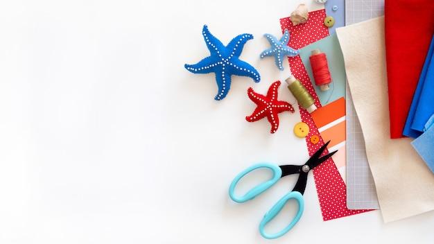 Instrução diy. tutorial passo a passo. fazendo decoração de verão - grinalda de corda com estrelas do mar de feltro.
