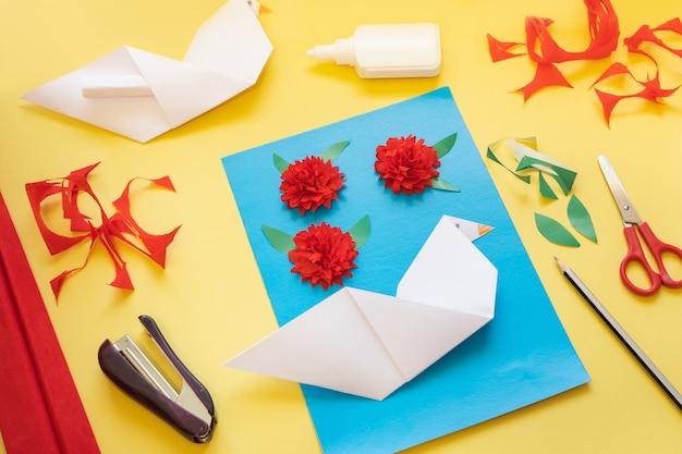 Instruções de bricolage. como fazer cartão com flores de cravo e pomba de origami