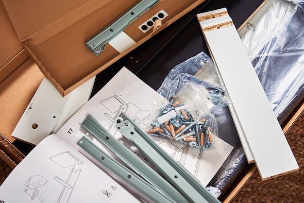 Instruções do manual e detalhes para montagem de móveis