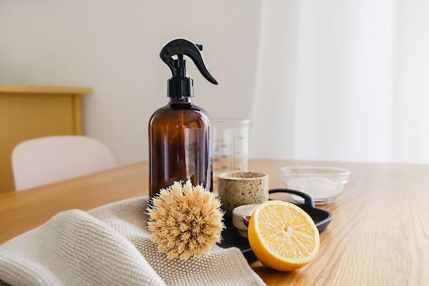 Instruções passo a passo da receita de detergente de limpeza doméstico não tóxico feito de vinagre, bicarbonato de sódio e limão. conceito de agregado familiar eco amigável de resíduos zero.