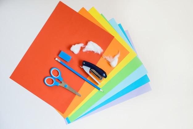 Instruções passo a passo para criar um arco-íris de papel colorido. criatividade com suas próprias mãos.