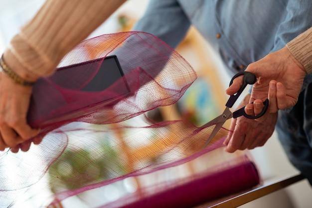 Instrumento afiado. close-up de uma tesoura afiada sendo usada enquanto corta o papel de embrulho