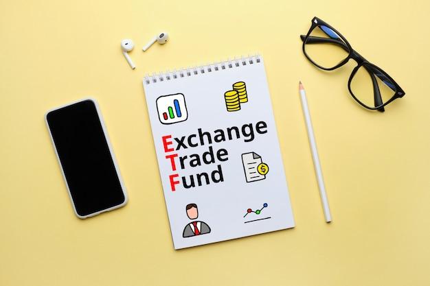 Instrumento de investimento de etf de fundo negociado em bolsa de conceito escrito em um pedaço de papel.