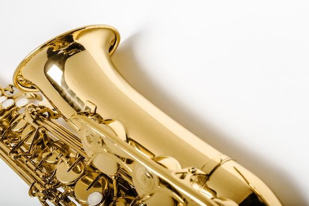 Instrumento de jazz de saxofone isolado