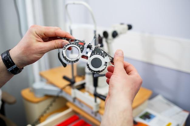 Instrumento de optometria clínica. correção profissional médica da visão.