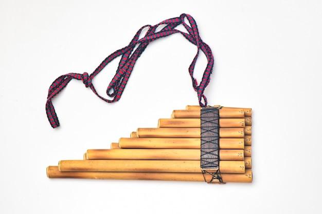 Instrumento de sopro andino de flauta pan em um fundo branco