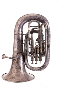 Instrumento de sopro musical velho isolado no fundo branco