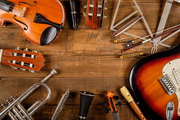Instrumento em fundo madeira