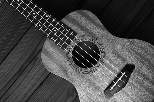 Instrumento musical ukulele em fundo de madeira