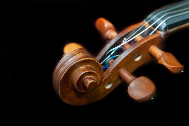 Instrumento musical violino isolado no preto