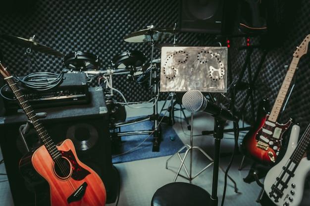 Instrumento rock música / banda musical em casa sala de gravação de áudio / gravação em estúdio.