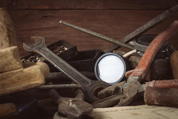 Instrumento vintage na velha mesa de madeira escura. conceito do dia dos pais