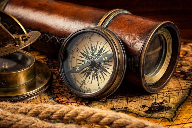 Instrumentos antigos de bússola e navegação vintage no mapa antigo