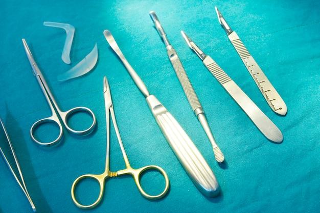 Instrumentos cirúrgicos, implante nasal de silicone e implantes de silicone na sala de cirurgia